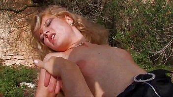 Белокурая машинистка поезда занимается сексом с кавалером на длинный дивана