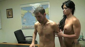 Молодчик делает массаж узкоглазой шалаве и дрочит ее мохнатую вульву