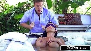 Дуся отдалась массажисту на кушетке