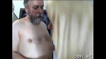 Мускулистый парень выпорол жопастую тёлку ремнём и на кухне отъебал её в анал и пилотку