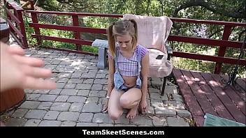 Молодая брюнетка жахает саму себя в половую щелочку вибратором облокотившись на кожаный диван