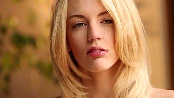 Молодой киногерой поимел в задницу супер шлюху-блондинку с крупными дойками