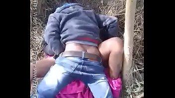 Молодая молодая брюнетка с интимной стрижкой онанирует дырку ладонью на свежем воздухе