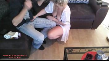 Секс на диване пылкой тонкой блондиночки и ее умелого партнера