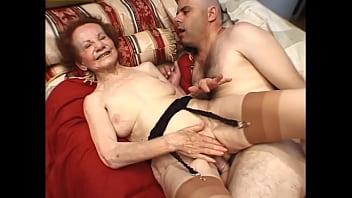 Сисьскастая шлюха займется активной мастурбацией на природе