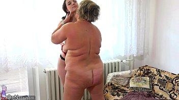 Яркая блондинка с шикарными дойками онанирует дырку перед зеркалом