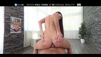 Мускулистый парень делает массаж юный жене и дрочит ее шмоньку