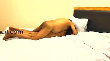 На улице голая сучка бессовестно дрюкается с мужчиной, покуда спутник снимает секс