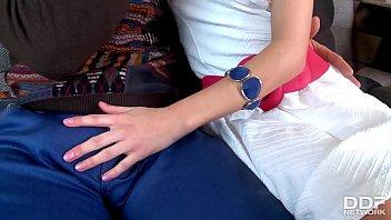 Юный мужик трахает в презервативе старую русскую медсестричку