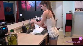 Роскошная девчушка выполняет мыльный массаж жеребцу