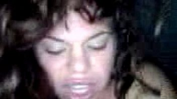 Молодая брюнетка, стоя в позе раком, принимает в половую щелочку резиновый наконечник секс машины