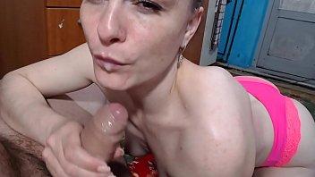 Русская шлюха-блондинка насладилась массажем и предложила мастеру поебаться