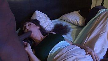 Возбуждённая зрелая брюнетка забралась к спящему мужчине на диванчик