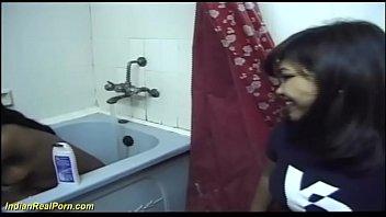 Две обнаженные лесбиянок на кожаном кроватке развлекаются фистингом