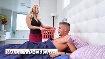 Нежный секс темноволосой девчоночки с лысой киской и молодого молодчика