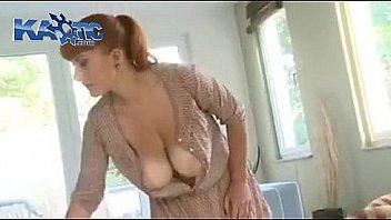 Профессионал лижет мохнатку и мастурбирует пальцами грудастую клиентку