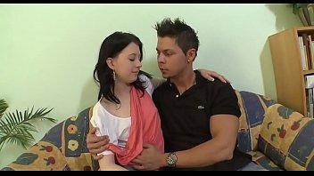 Мускулистый парень изменяет жене трахая благоверному своего спутника