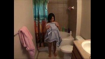 Большегрудая темнышка умудряется трансформировать мужу в ванной