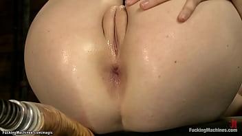 Зрелая брюнетка пососала фаллос одетой и обнажилась во время вагинального секса