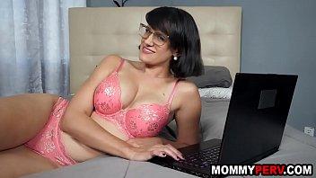 Мамочка с пирсингом в пупке лижет болт благоверного перед вебкой